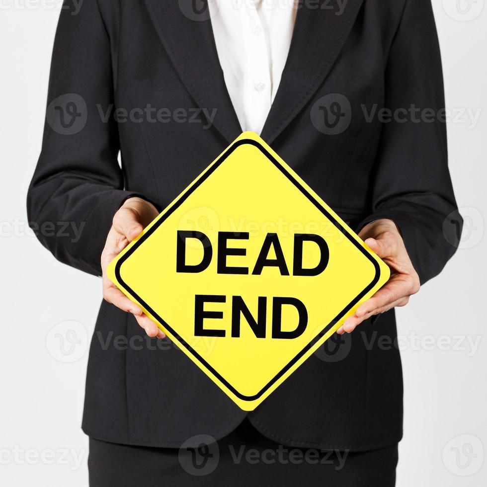 Geschäftsfrau hält Sackgasse Straßenschild foto