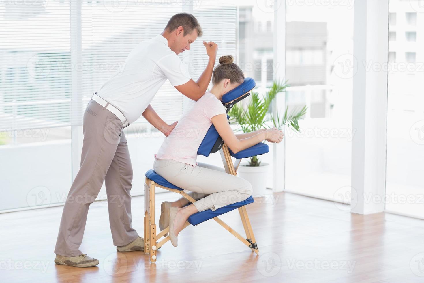 Frau mit Rückenmassage foto
