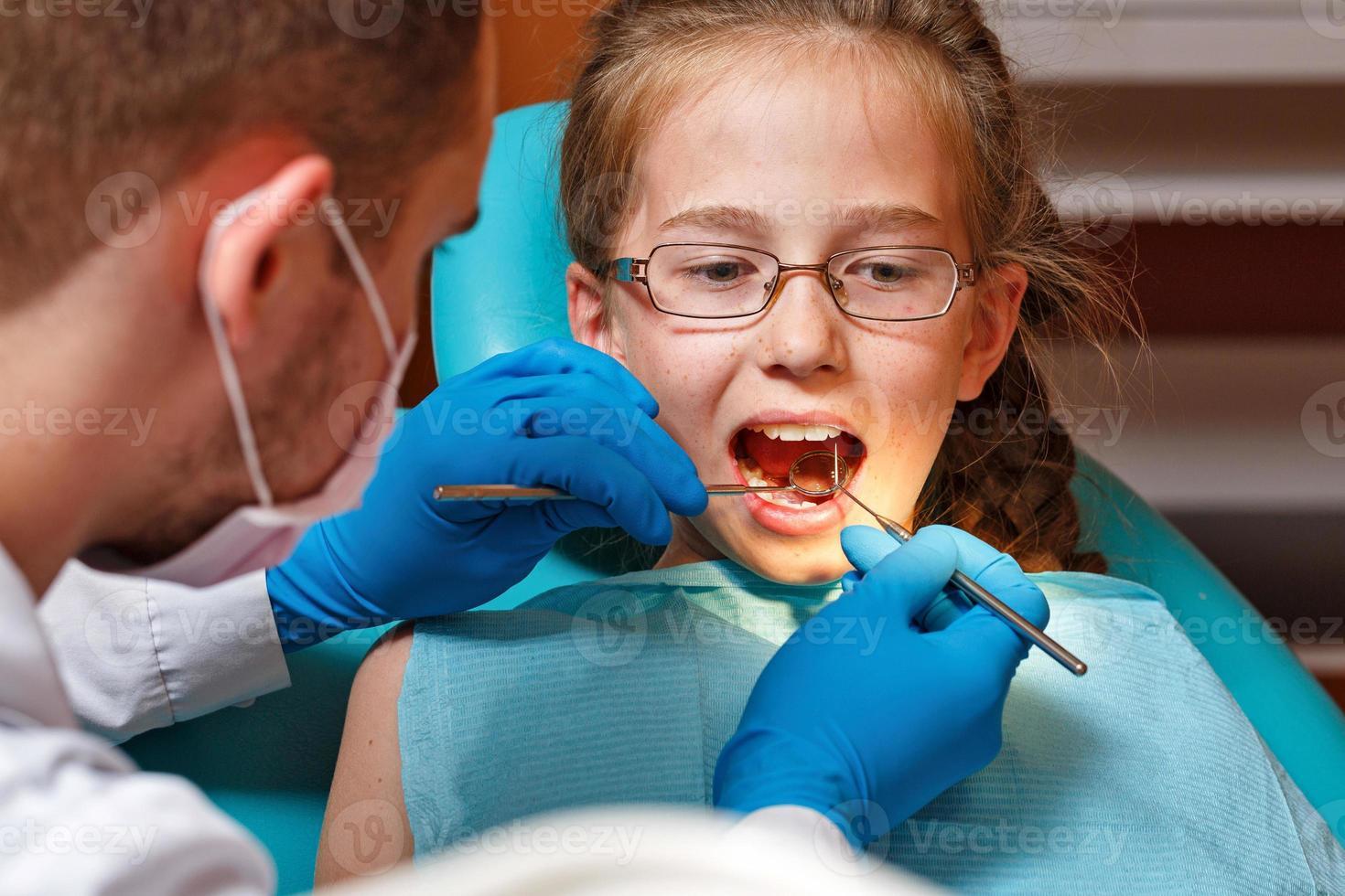 Untersuchung durch den Zahnarzt foto