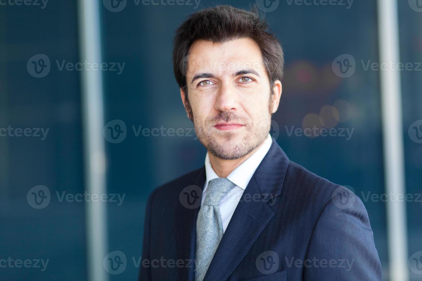 schöner Geschäftsmann im Freien foto