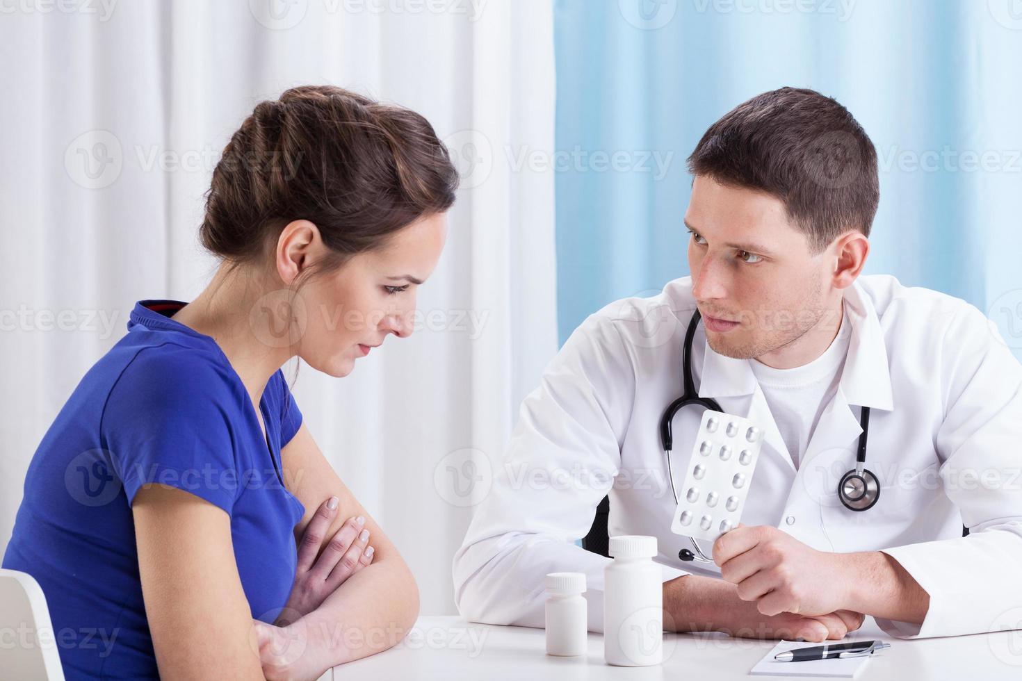 Arzt verschreibt Medizin foto