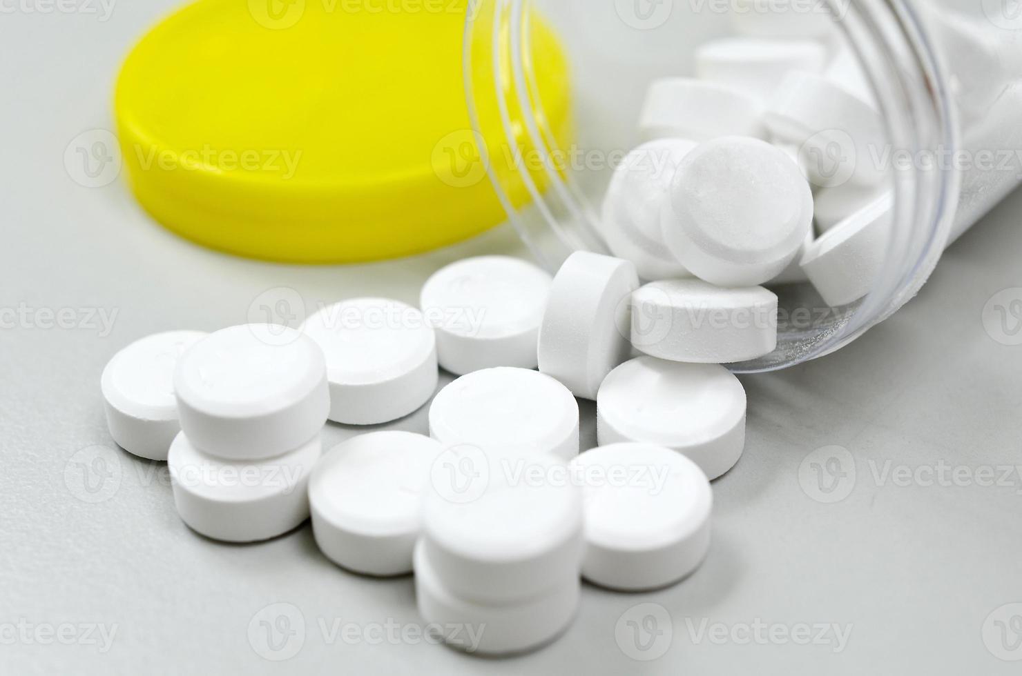 Tablettenfläschchen und Medizin foto