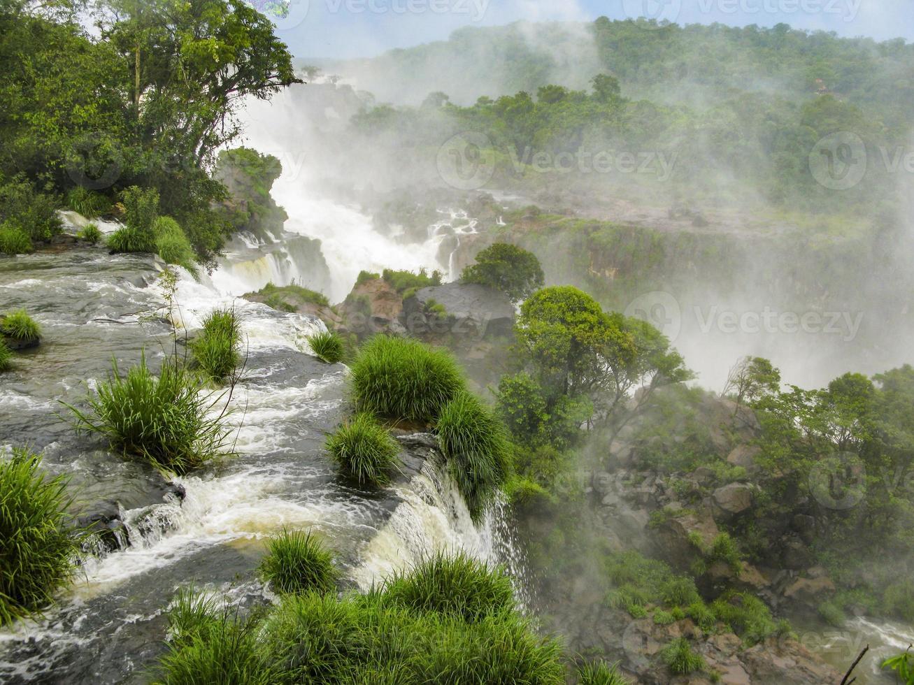 Iguassu Wasserfall im tropischen Dschungel Südamerikas foto