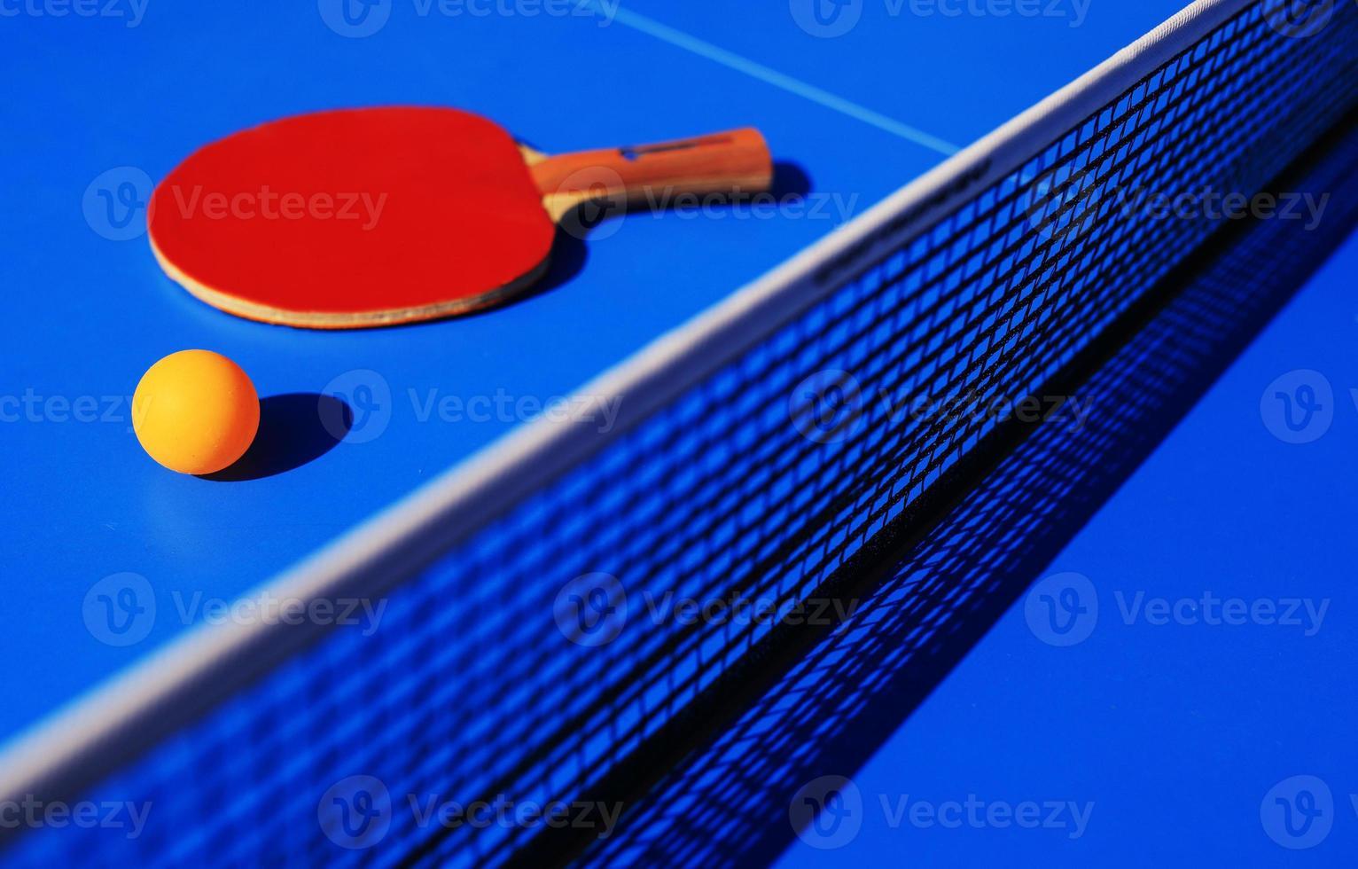 Tischtennisausrüstung Schläger, Ball und Netz foto