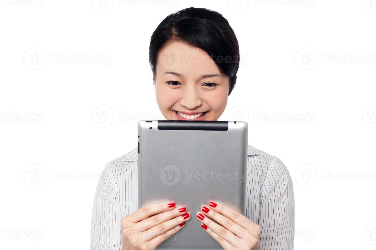 schüchterne hübsche korporative Dame, die Tablet-Gerät hält foto