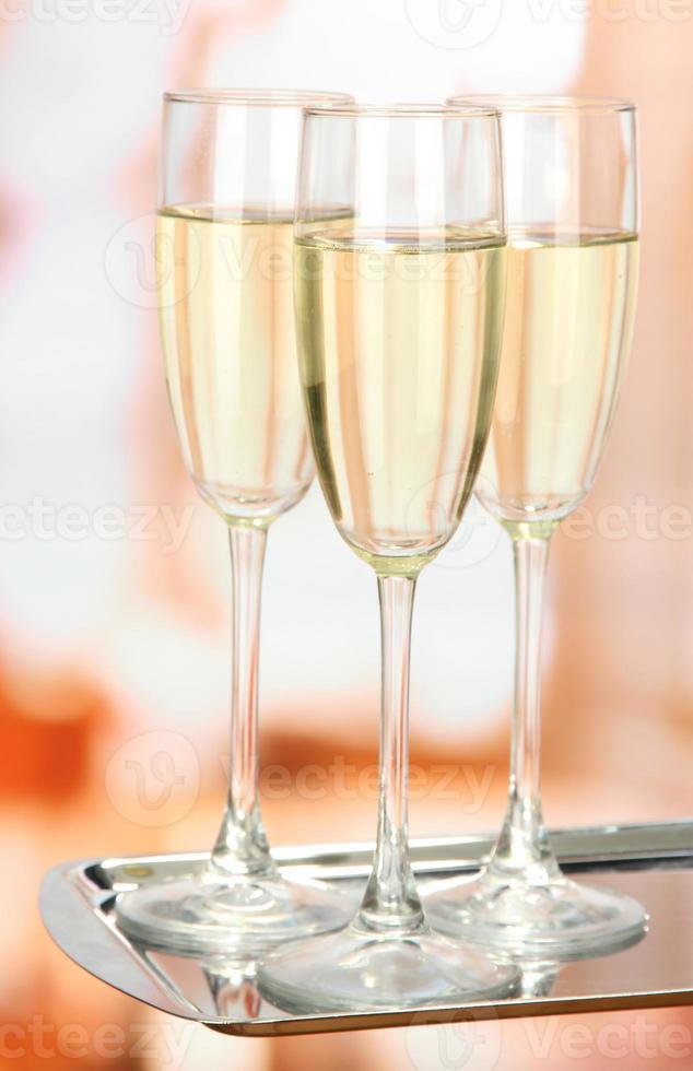 Firmenfeier: prickelnde Champagnergläser auf Tablett foto