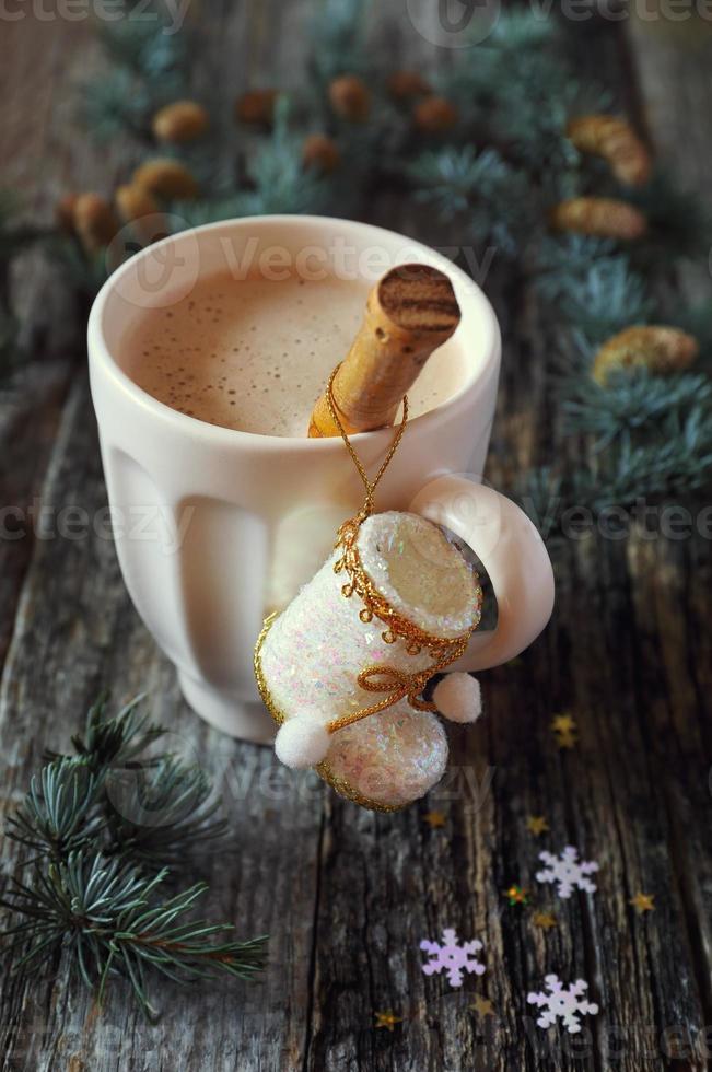 Milchkaffee, Weihnachtsbaumschmuck und Tannenzweige foto
