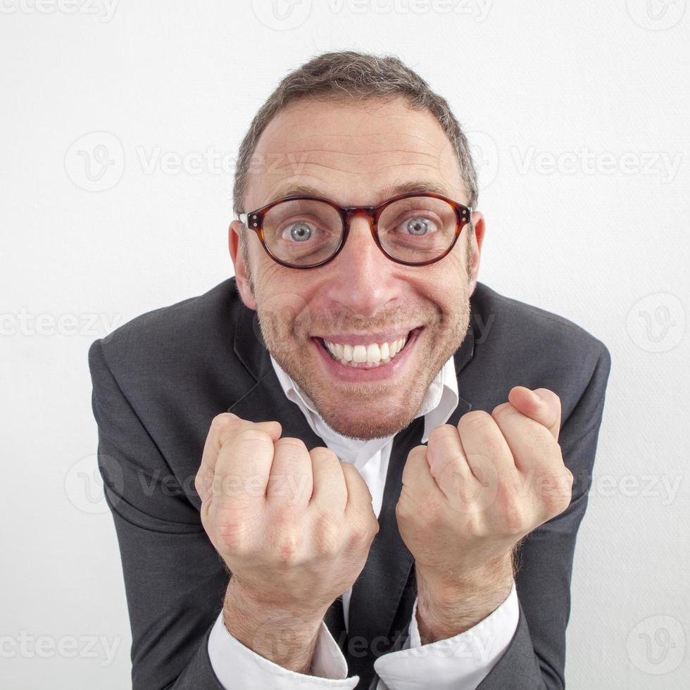aufgeregter Manager, der mit Energie und Humor den Unternehmenserfolg genießt foto