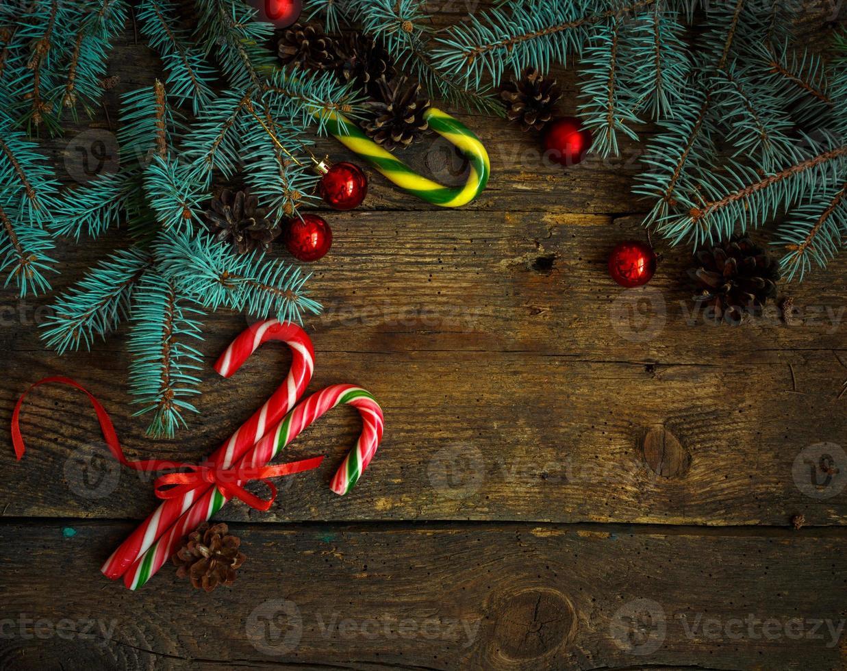 Weihnachtsgrenze mit Tannenbaum, Zapfen, Weihnachtsschmuck, Zuckerstange foto