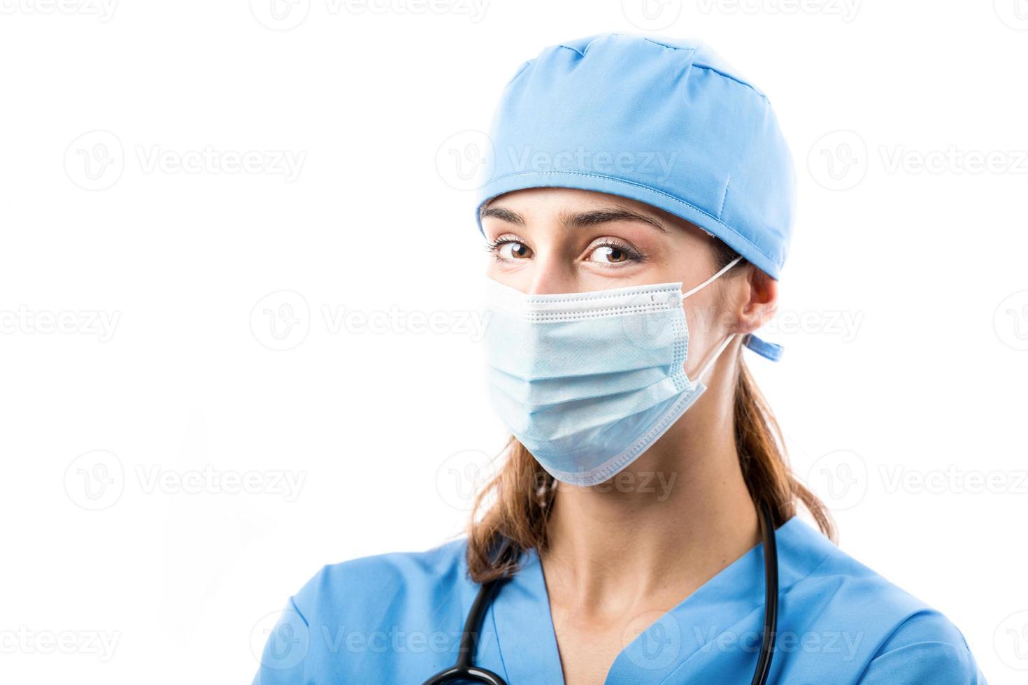 junger lächelnder Arzt mit einem Stethoskop foto