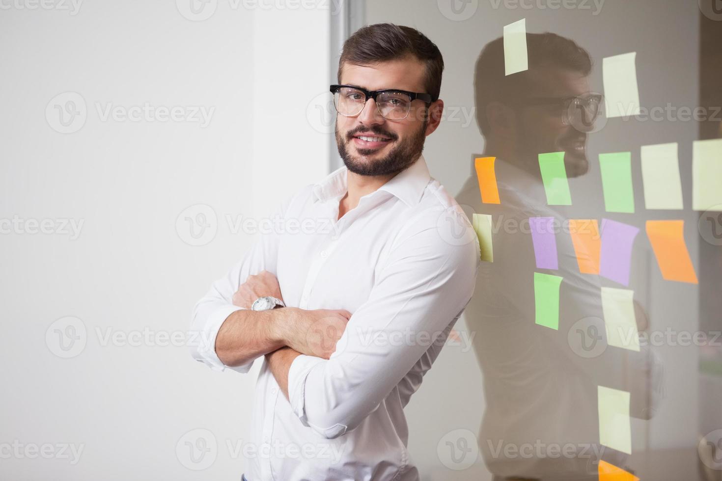 lässiger Geschäftsmann, der in die Kamera lächelt foto