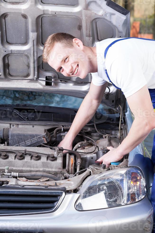 Mechaniker repariert Automotor foto
