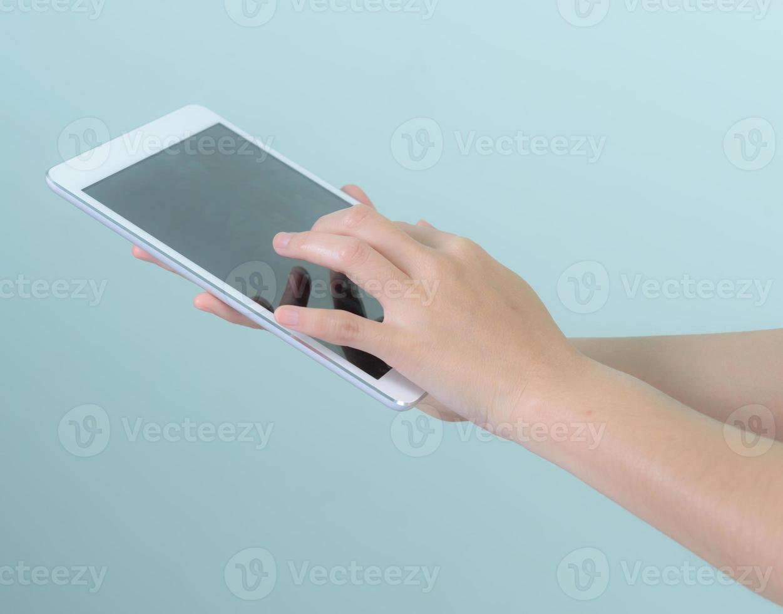Frau hält und berührt digitales Tablet foto