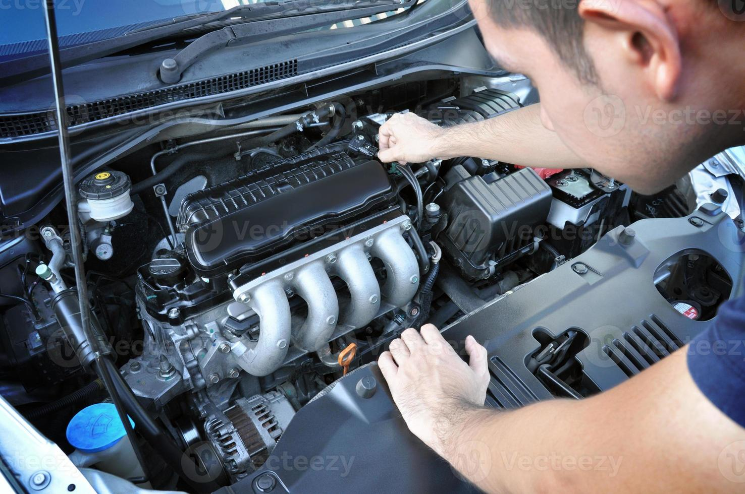 Mechaniker prüft Automotor foto