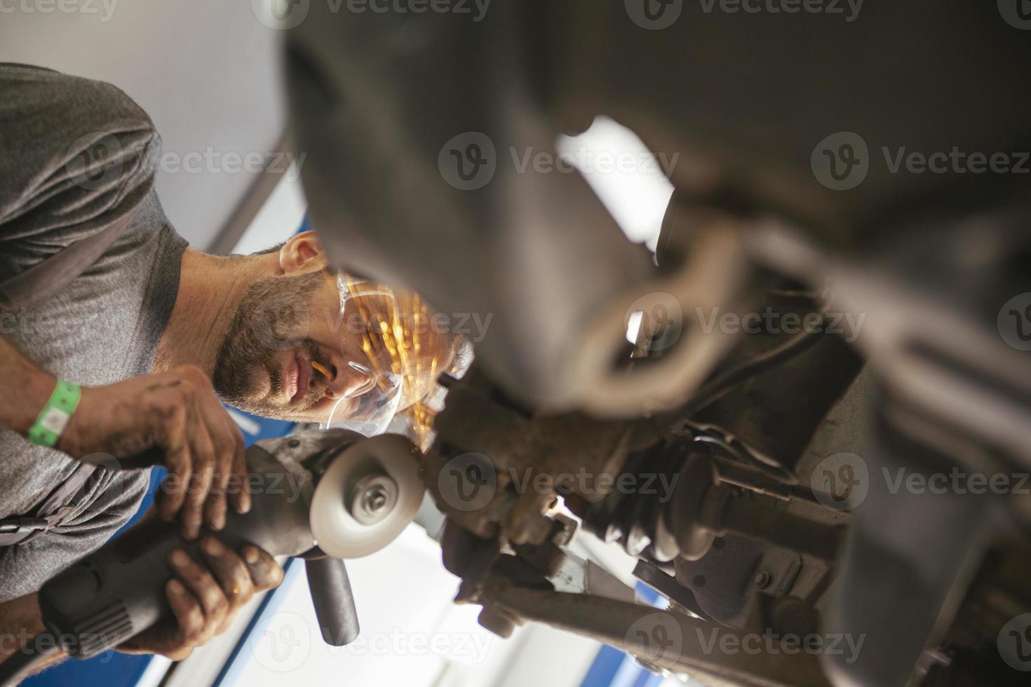 Automechaniker bei der Arbeit foto