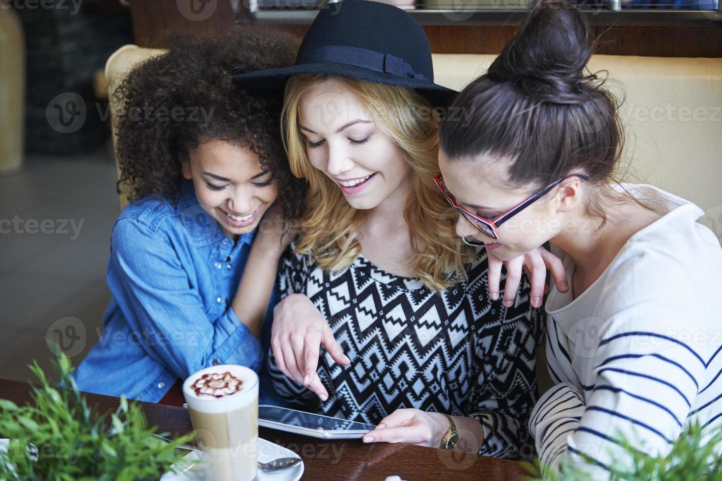 Kostenloses und schnelles Internet im Café foto