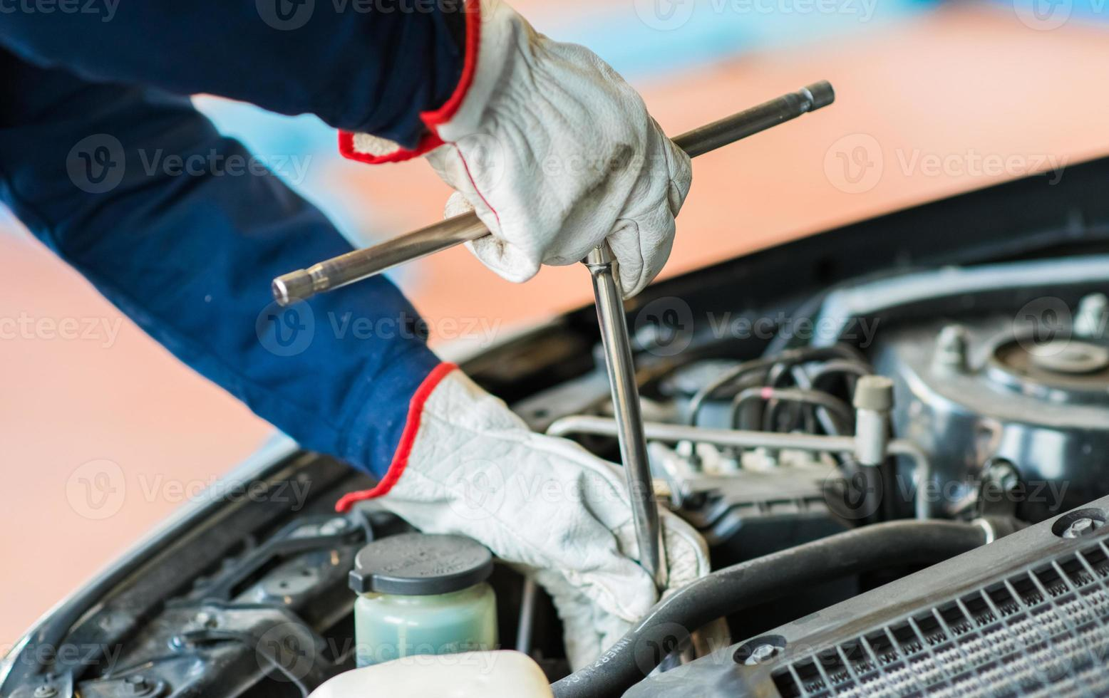Mechaniker repariert ein Auto foto
