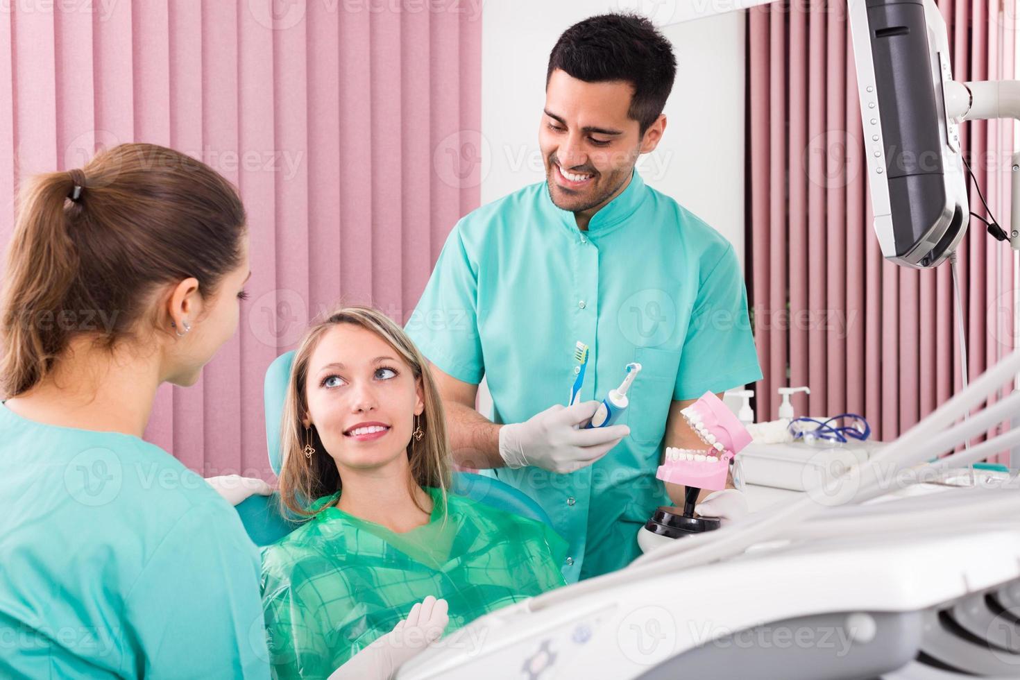 Zahnarzt in der Praxis foto