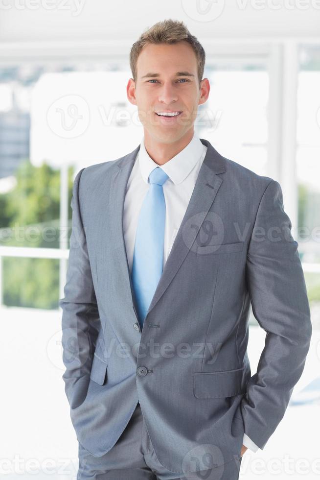 Geschäftsmann, der in die Kamera lächelt foto