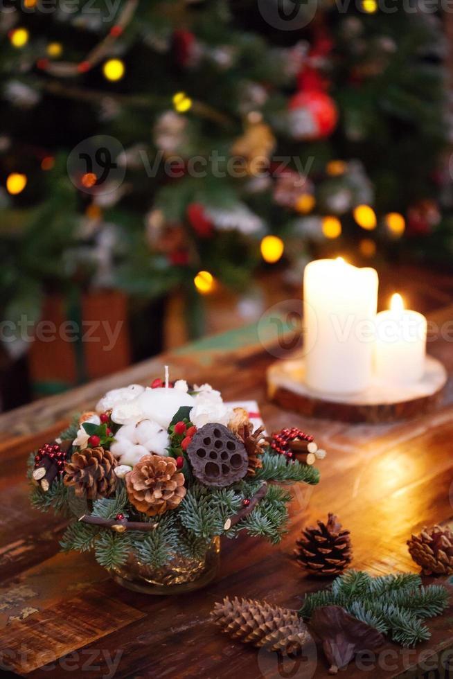 Tannenzweige für das neue Jahr auf dunklem Holz verziert foto