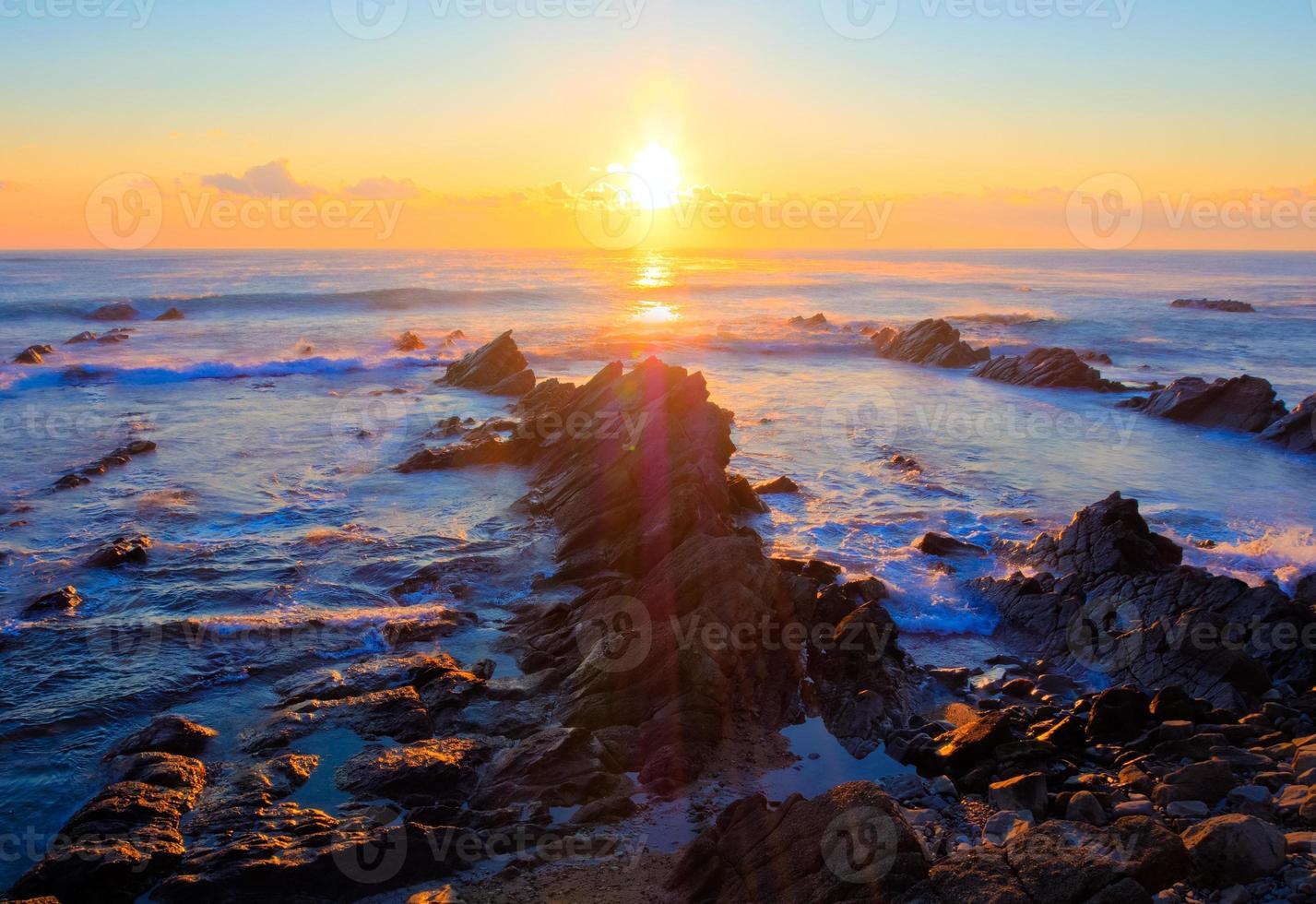 schöner Sonnenaufgang über kreidezeitlicher Sedimentgesteinsküste foto