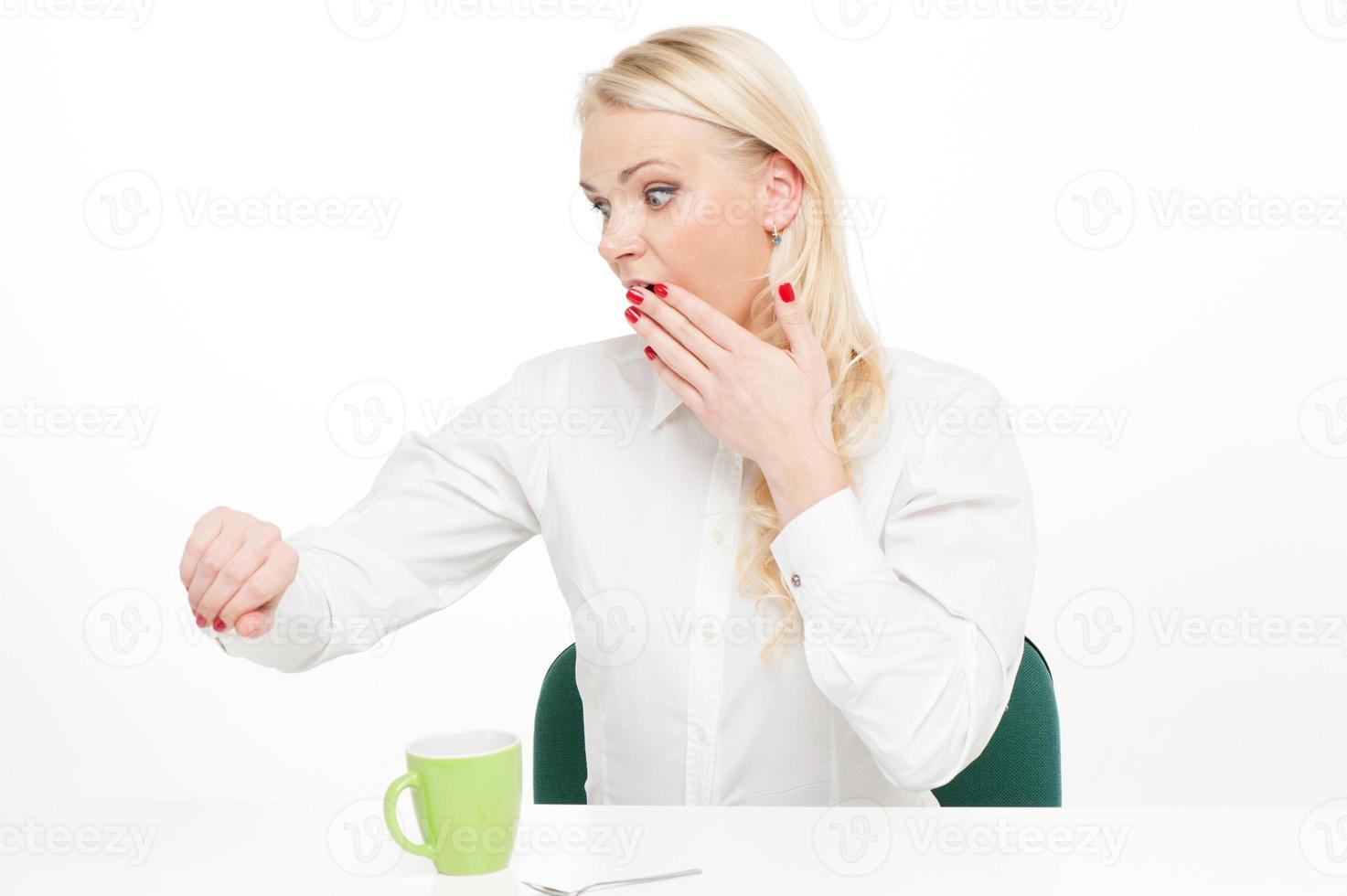 Geschäftsfrau auf ihrer Uhr foto