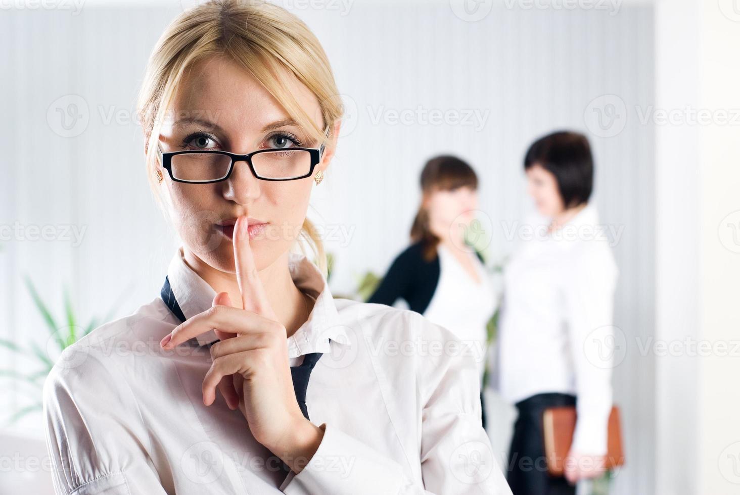 """attraktive Frau mit Zeichen """"schweigen"""" foto"""
