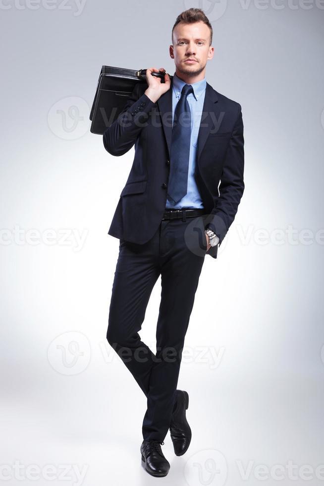 Geschäftsmann mit Koffer auf der Schulter foto