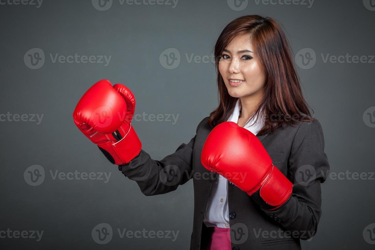 asiatische Geschäftsfrau mit Boxhandschuh foto