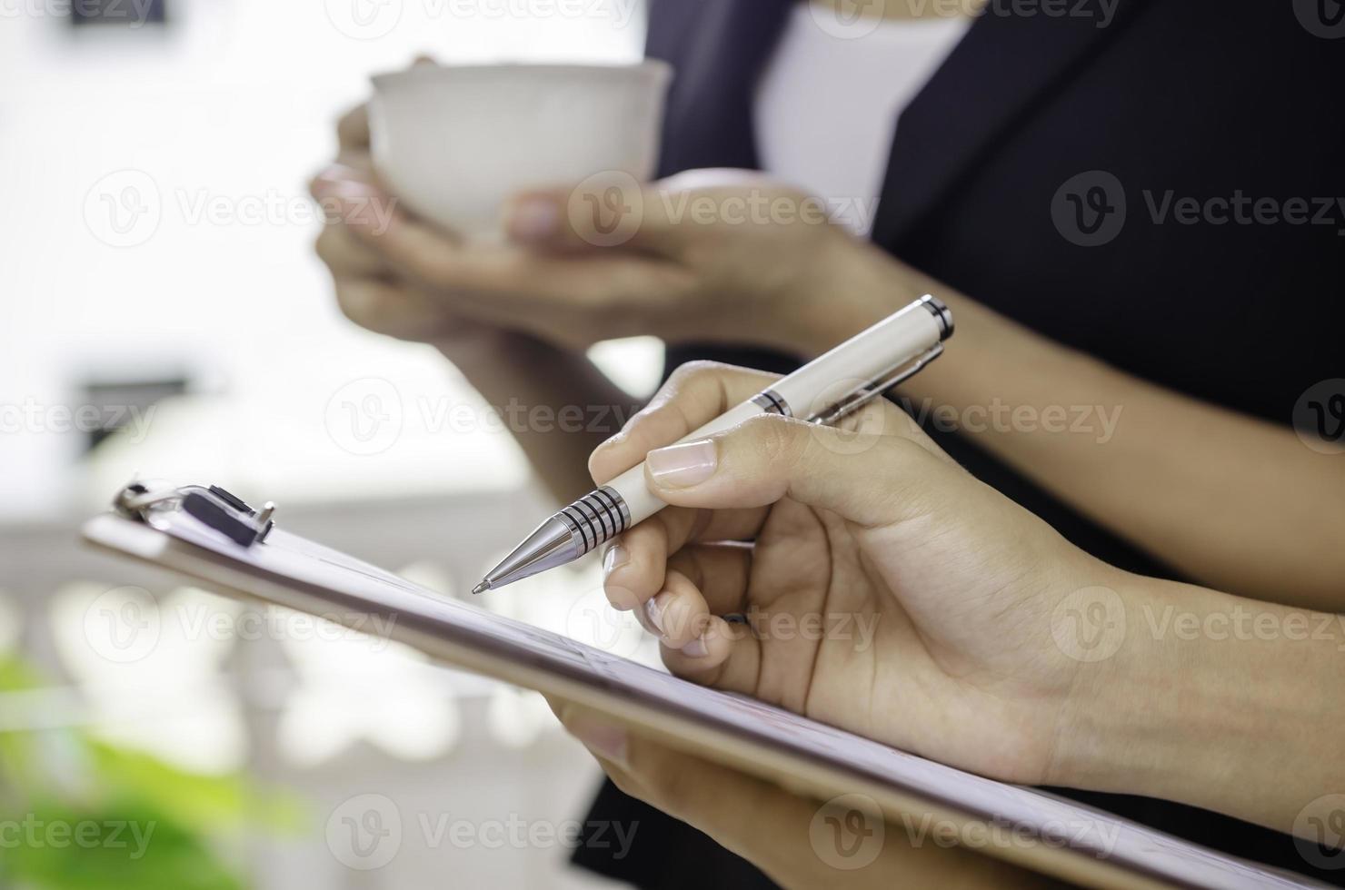 Geschäftsfrau macht eine Pause foto