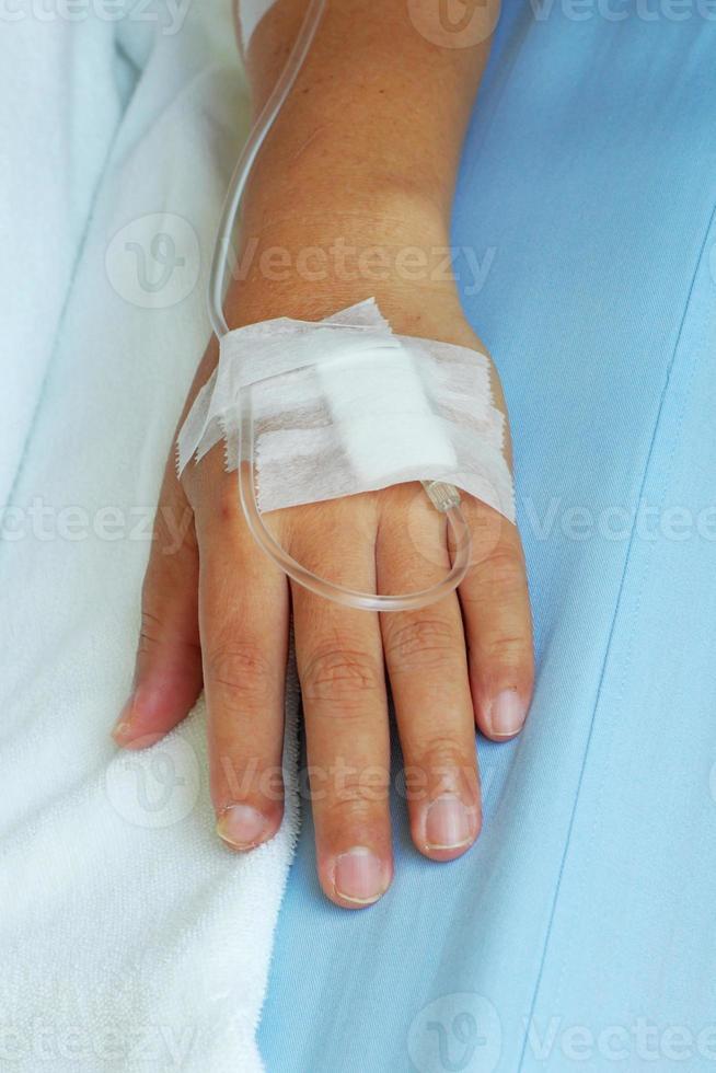 iv Lösung in der Hand eines männlichen Patienten foto