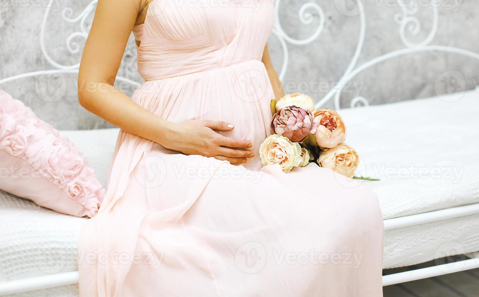 Schwangerschaft, Mutterschaft und glückliches zukünftiges Mutterkonzept - schwanger foto