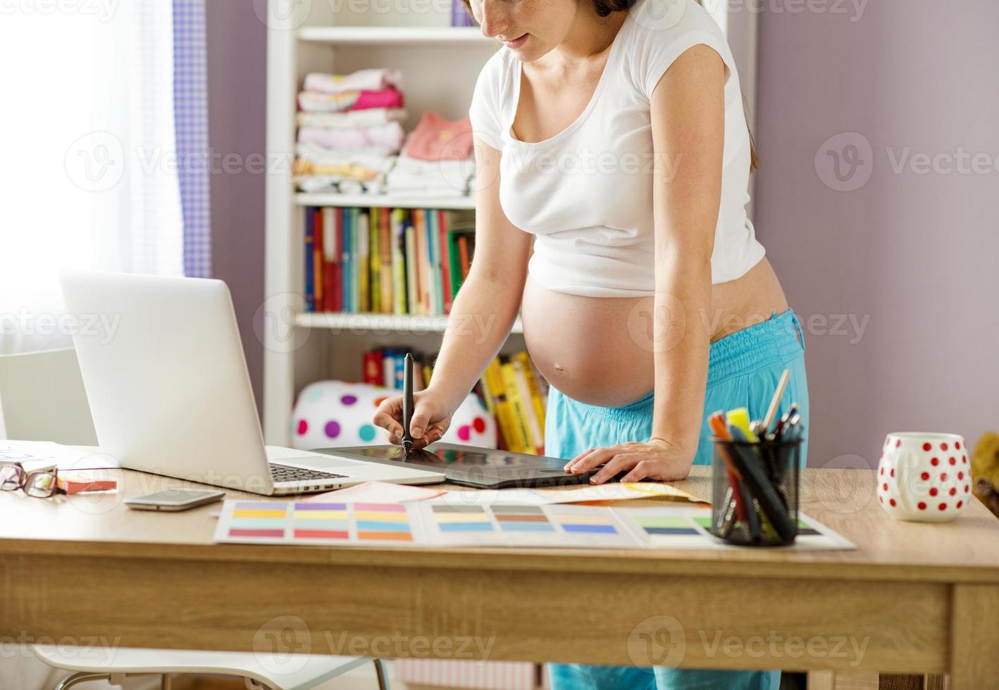 schwangere Frau von zu Hause aus arbeiten foto
