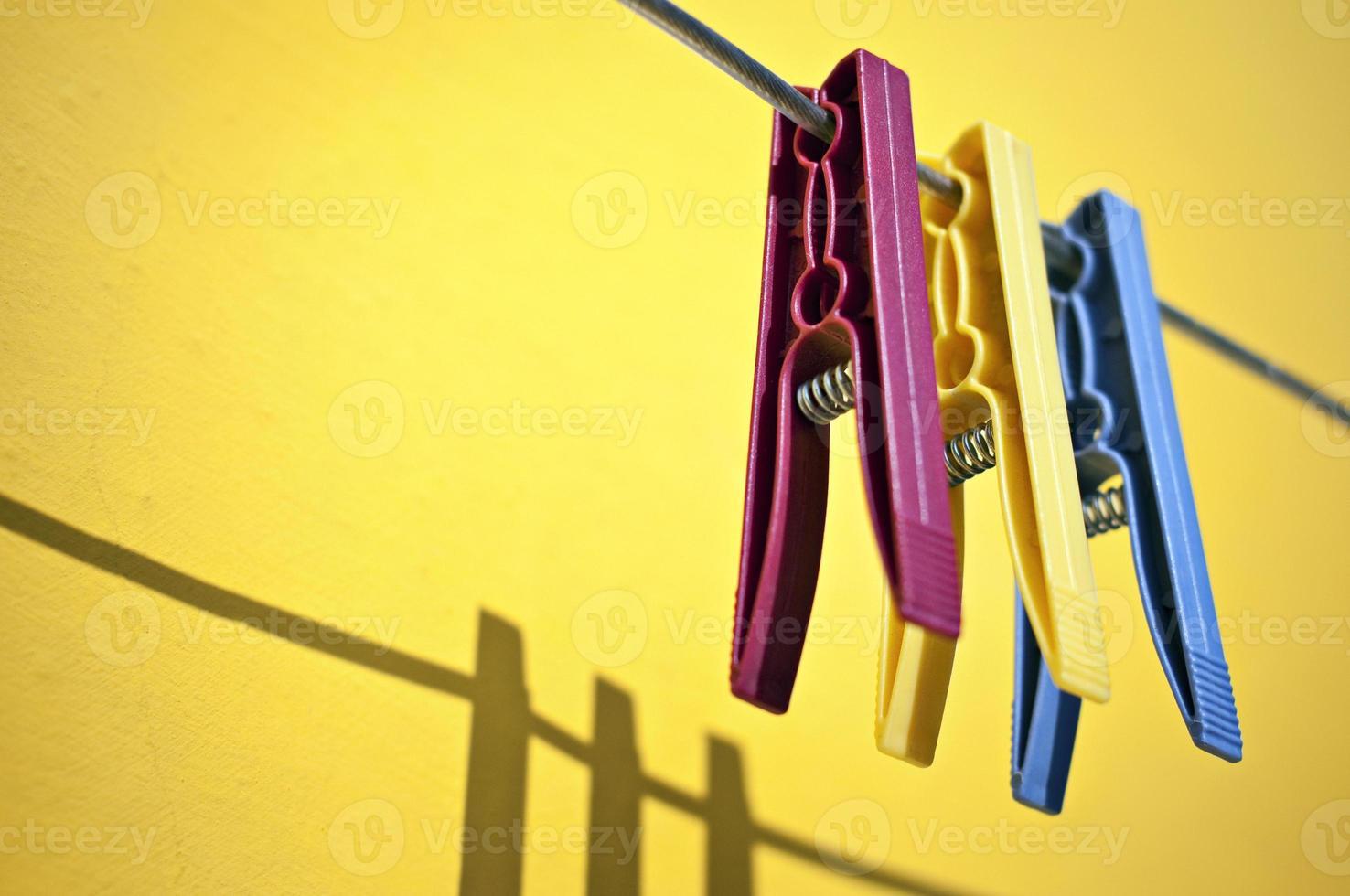 farbige Wäscheklammern foto