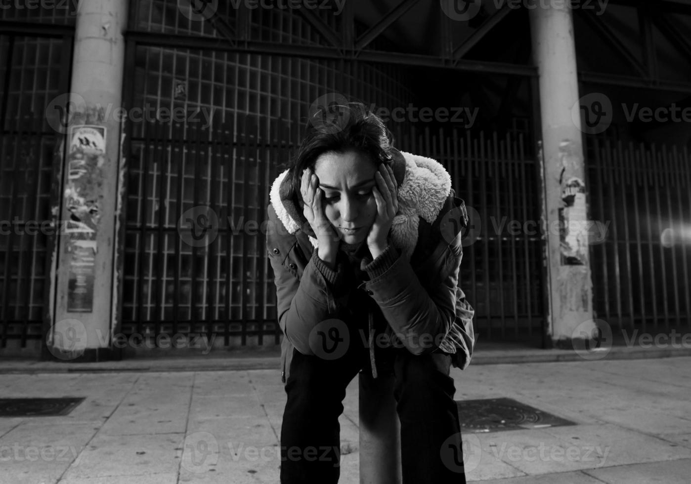 Frau allein auf der Straße leidet an Depressionen, die traurig verzweifelt aussehen foto