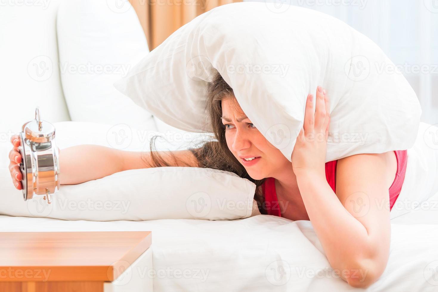 junges und schönes Mädchen, das an Schlaflosigkeit leidet foto