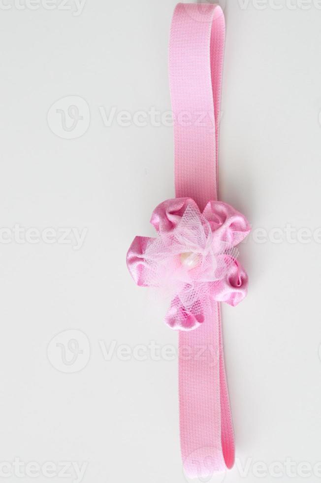 rosa Schleife lokalisiert auf Weiß foto