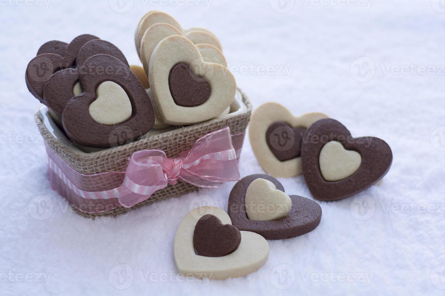 Schokoladen- und Vanilleherzkekse foto