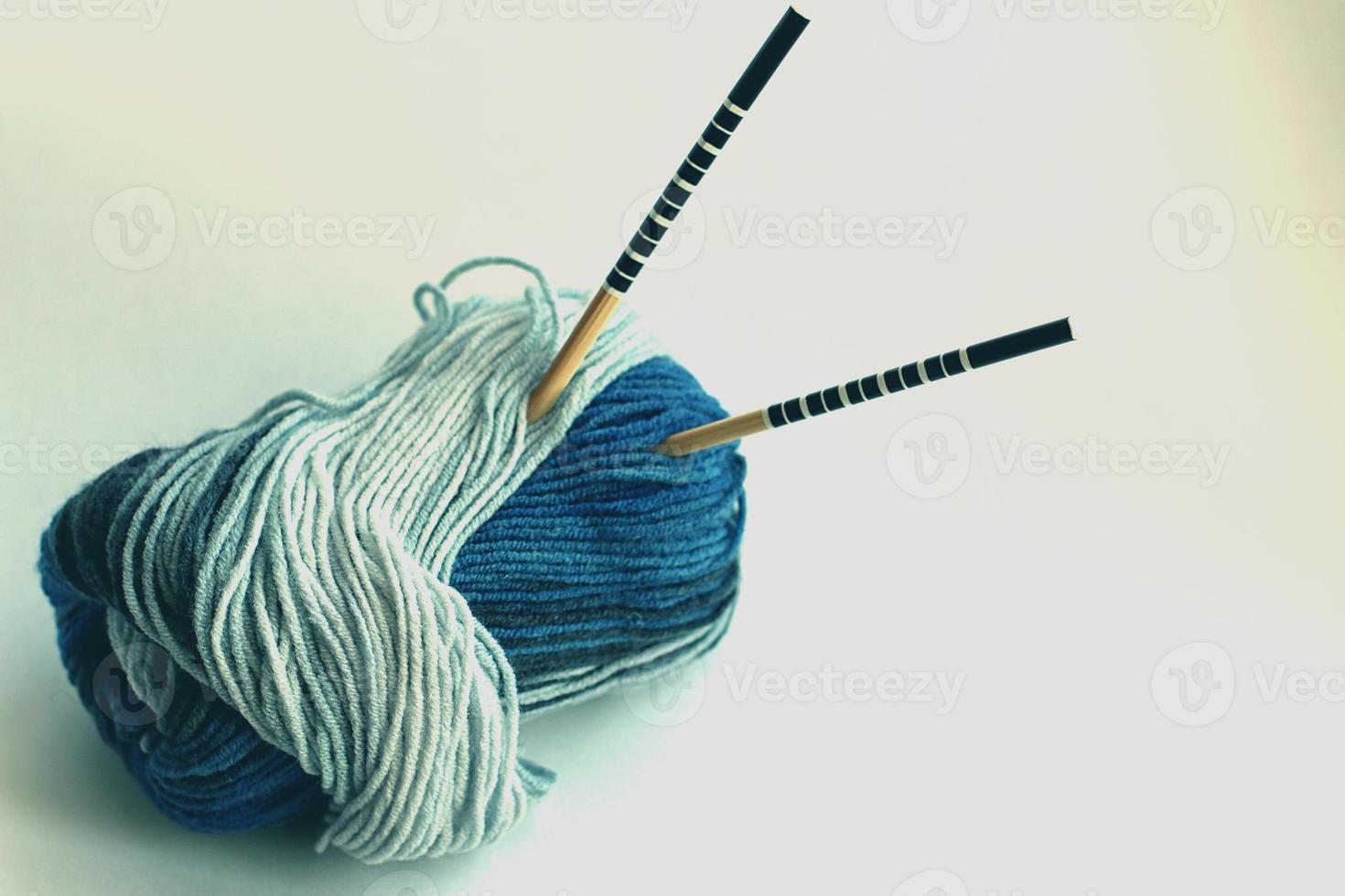 das Konzept eines Hobbys des Strickens von Wolle foto