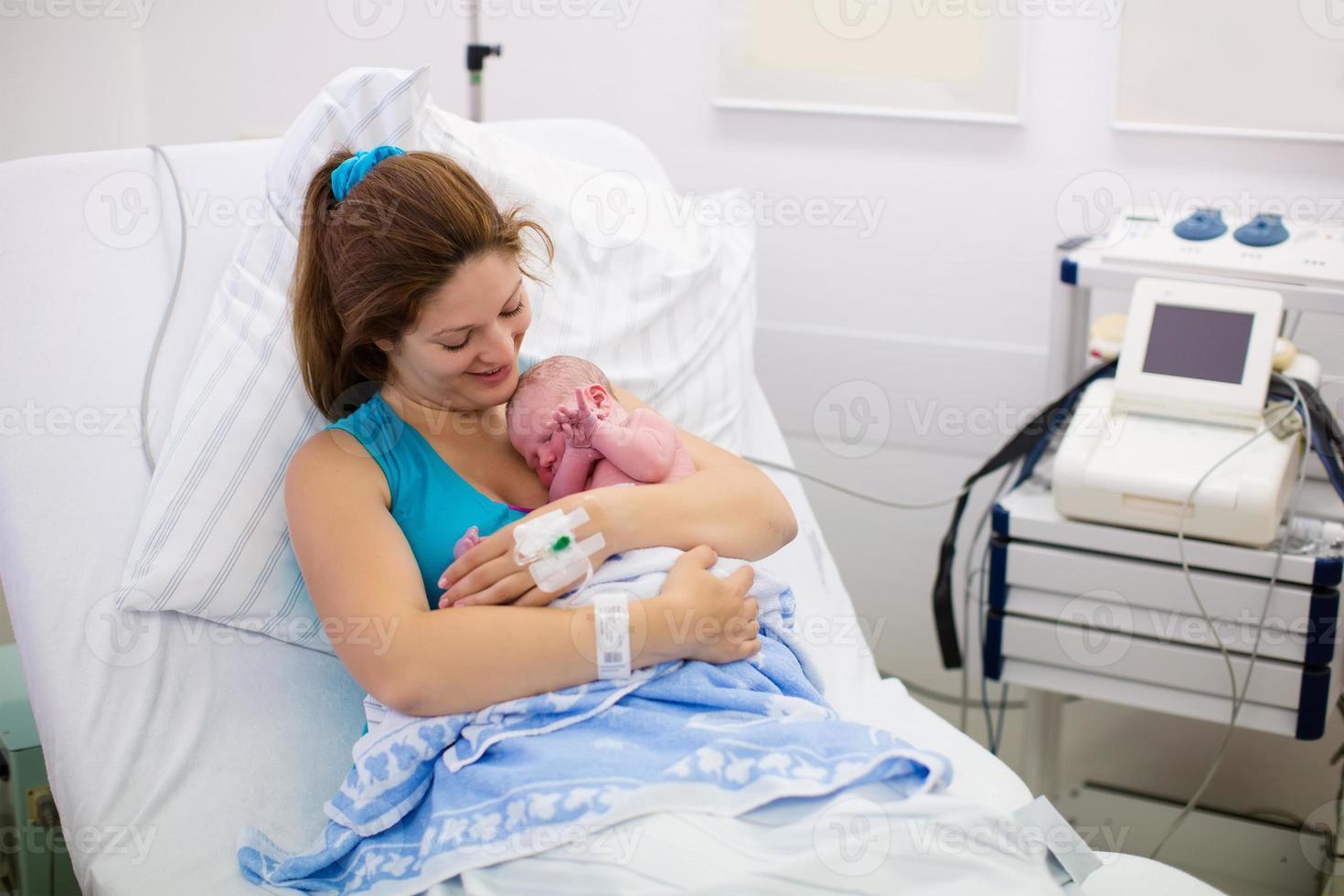 junge Mutter, die ein Baby zur Welt bringt foto