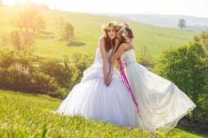 2 schöne Braut am Morgen, idyllische Wiese, Freundschaftssymbol foto