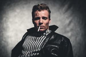 Zigarettenrauchen Retro 50er Jahre coole Rebellion Mode Mann. foto