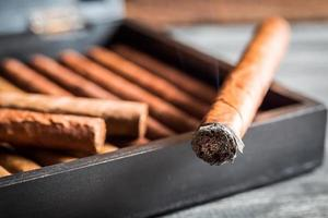 Nahaufnahme der brennenden Zigarre mit Rauch foto