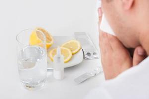 Mann leidet an Erkältung mit Medikamenten