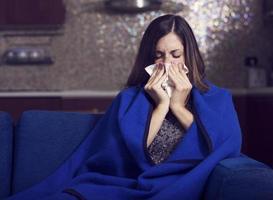 kranke junge Frau hustet und bläst foto