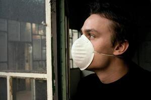Mann starrt in die verschmutzte Zukunft