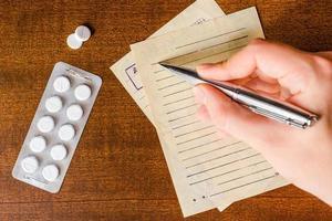 Heilung der Krankheit, ein Arzt verschreibt die richtigen Tabletten foto