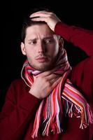 kranker Mann mit Halsschmerzen foto