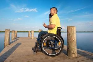 behinderter Mann draußen im Sommer foto