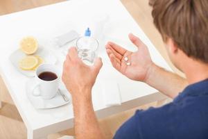 Hände halten Pillen und Wasser foto